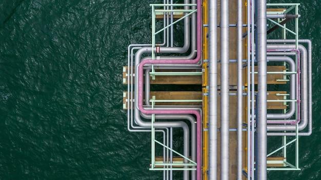 Vista aérea superior gas y tubería de aceite en el océano.