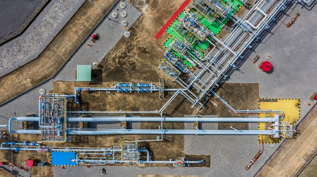 Vista aérea superior del gasoducto, industria del gas, sistema de transporte de gas, válvulas de cierre y electrodomésticos para la estación de bombeo de gas.