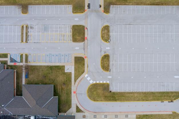 Vista aérea superior del grupo de estacionado cerca de la escuela secundaria.