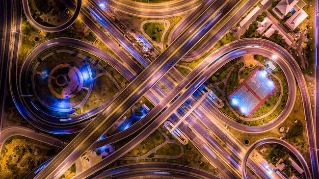 Vista aérea superior del intercambio de una ciudad por la noche.