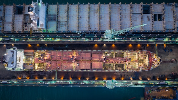 Vista aérea superior mantenimiento de trabajadores de astilleros en el mar