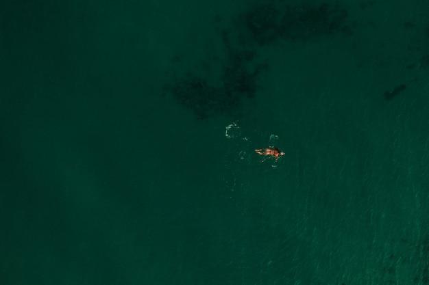 Vista aérea superior naturaleza mar tracio grecia ellada. hermoso, mujer joven, biquini, natación