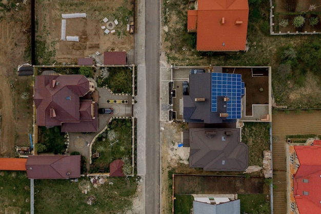 Vista aérea superior de la nueva casa residencial moderna casa de campo con paneles azules. concepto de producción de energía verde ecológica renovable.