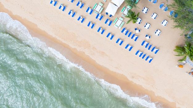 Vista aérea superior en la playa de arena.