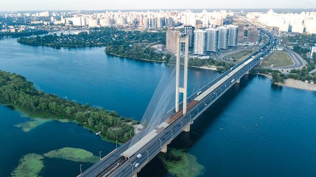 Vista aérea superior del puente sur en la ciudad de kiev desde arriba, el horizonte de kiev y el paisaje urbano del río dnieper, ucrania