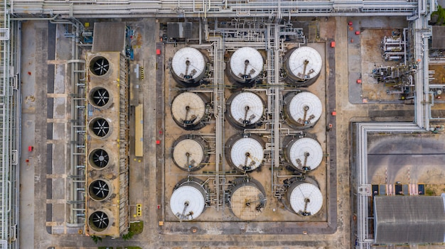 Vista aérea superior del tanque de productos petroquímicos, tanque de almacenamiento de petroquímicos líquidos.