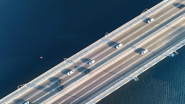 Vista aérea superior del tráfico de automóviles de carretera puente de muchos coches desde arriba, concepto de transporte de la ciudad