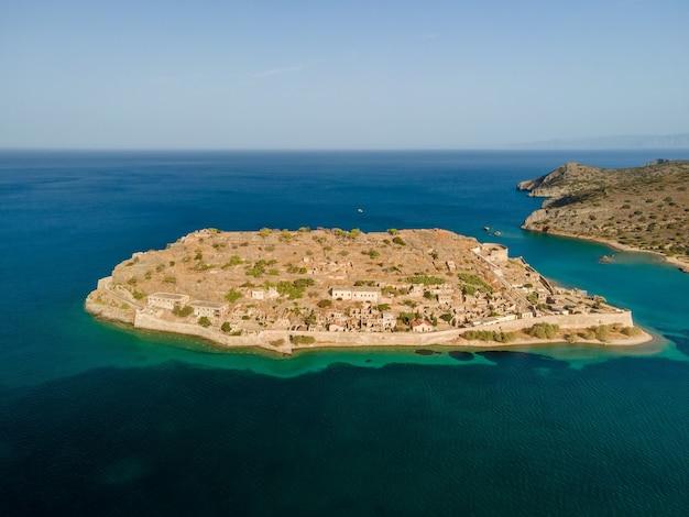 Vista aérea superior por zumbido de la antigua fortaleza veneciana en la isla de spinalonga en creta