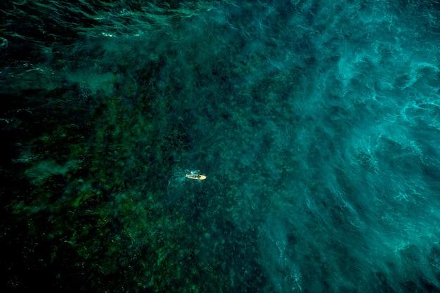 Vista aérea de surfista en el océano
