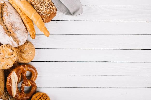 Vista aérea del surtido de pan en tablones de madera.