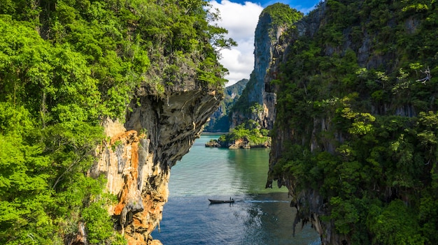 Vista aérea tailandés tradicional barco de cola larga de madera y hermosa piedra caliza