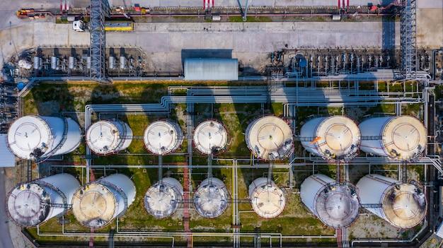 Vista aérea del tanque de almacenamiento y camión cisterna en planta industrial.