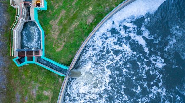 Vista aérea del tanque de tratamiento de agua con aguas residuales.