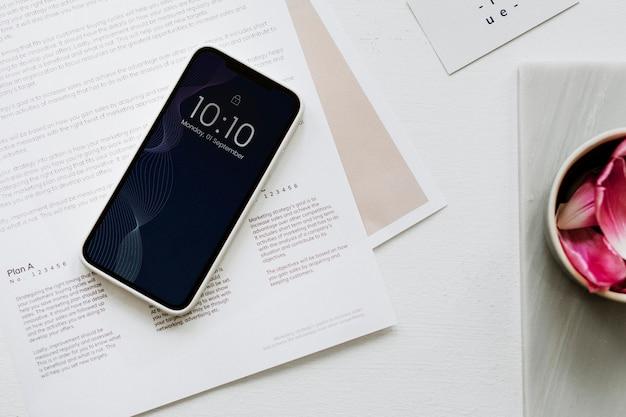 Vista aérea del teléfono inteligente en el lugar de trabajo de mesa