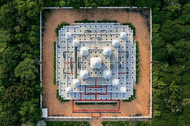 Vista aérea del templo pagoda watasokaram en tailandia