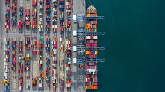Vista aérea de la terminal de buques de carga, descarga de la grúa de la terminal de buques de carga, vista aérea del puerto industrial con contenedores y portacontenedores.