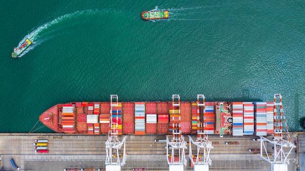 Vista aérea de la terminal de buques de carga, grúa de descarga de la terminal de buques de carga.