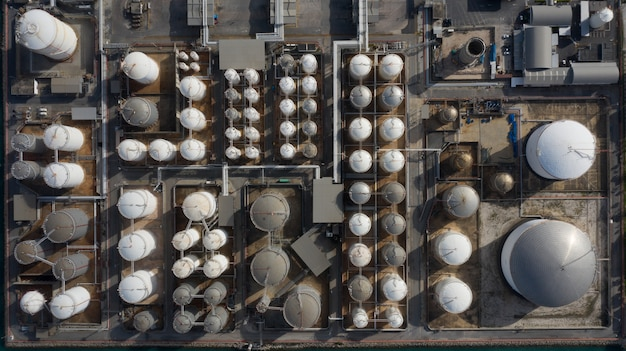 Vista aérea de la terminal del tanque con mucho tanque de almacenamiento de petróleo y tanque de almacenamiento petroquímico en el puerto, vista aérea de almacenamiento del tanque industrial.