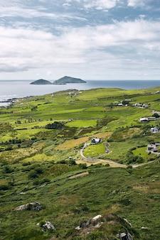 Vista aérea de la tierra cuesta abajo de ring of kerry farraniaragh