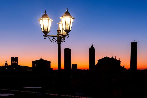 Vista aérea de torres y tejados en bolonia, italia