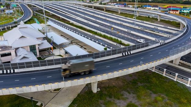 Vista aérea tráfico auto transporte autopista autopista y circunvalación en la noche
