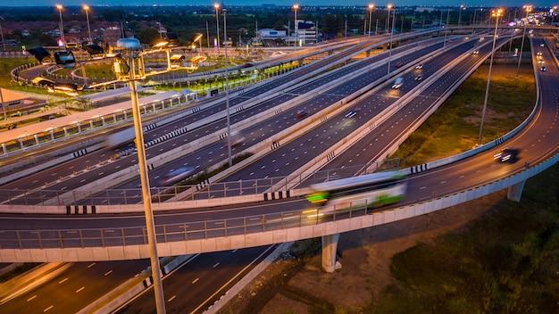 Vista aérea tráfico automóvil transporte autopista autopista y circunvalación en el crepúsculo