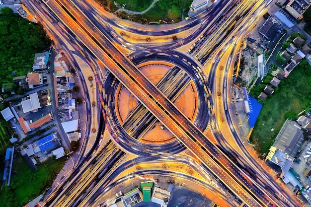 Vista aérea del tráfico en rotonda y autopista por la noche.