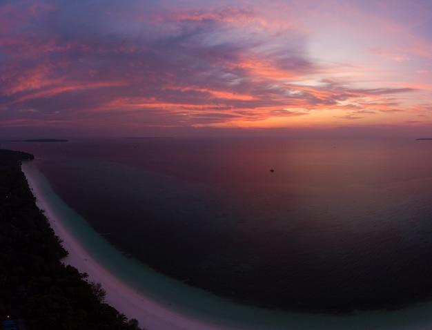Vista aérea tropical playa isla arrecife mar caribe cielo dramático al atardecer amanecer