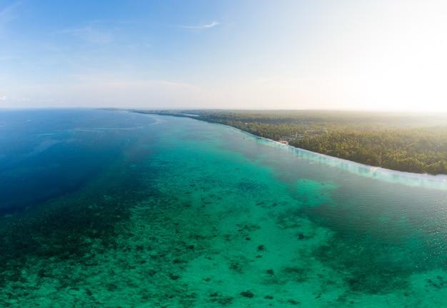 Vista aérea tropical playa isla arrecife mar caribe