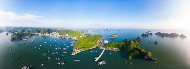 Vista aérea única bahía cat ba de vietnam con barcos de pesca flotantes en el mar, nubes y clima tropical puesta de sol inspiradora