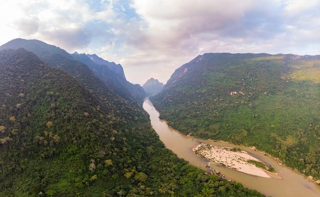 Vista aérea única desde drone: valle del río nam ou en muang ngoi laos, cielo colorido al atardecer, espectacular paisaje de montaña, destino de viaje en el sudeste asiático