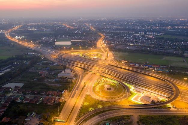 Vista aérea de uniones de autopistas.