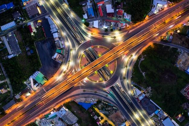 Vista aérea de las uniones de la carretera vista superior de la ciudad urbana, bangkok en la noche, tailandia.