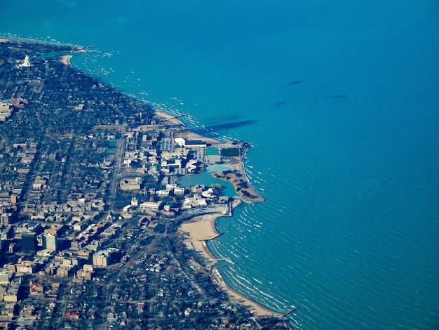 Vista aérea de la universidad del noroeste y el lago michigan