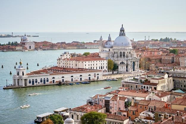 Vista aérea de venecia con la iglesia de santa maria della salute, el gran canal y el mar. vista desde campanille de san marco. veneto, italia. verano