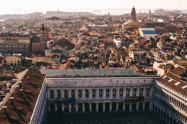 Vista aérea de venecia con la plaza de san marcos