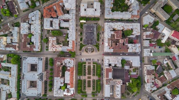 Vista aérea de verano de la parte central de la hermosa y antigua ciudad ucraniana de chernivtsi con sus calles, antiguos edificios residenciales, ayuntamientos, iglesias, etc. hermosa ciudad.
