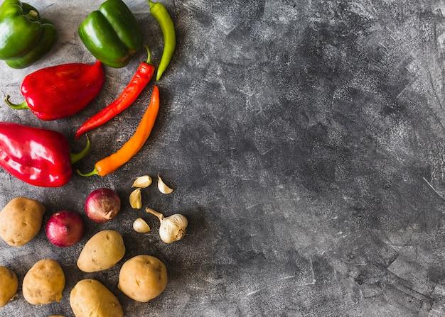Una vista aérea de verduras coloridas sobre fondo grunge