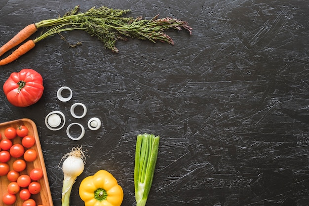 Vista aérea de verduras frescas en la encimera de la cocina