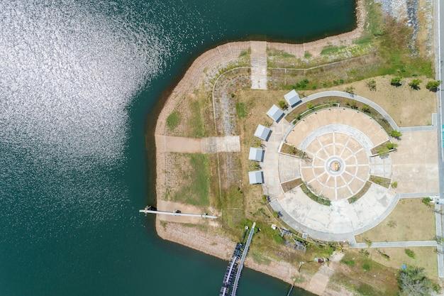 Vista aérea vertical del drone desde arriba y mirando hacia abajo en el parque en phuket tailandia