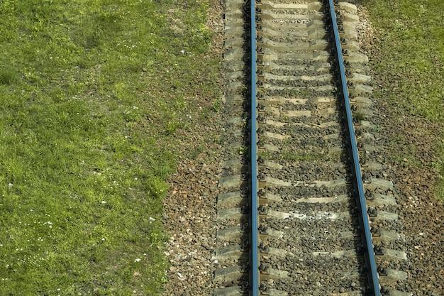 Vista aérea de vía férrea a través del campo