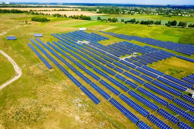 Vista aérea vista superior en paneles solares azules