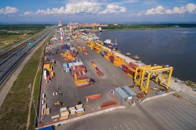 Vista aérea de la yarda del contenedor para mercancías, el puerto de kronshtadt, rusia. 4k