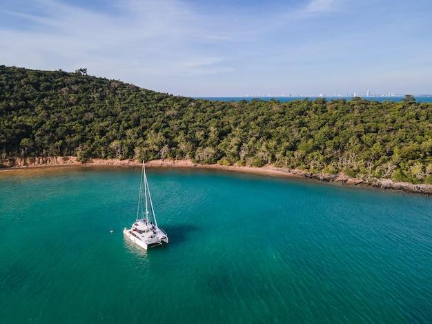 Vista aérea del yate privado de crucero en el mar tropical al atardecer