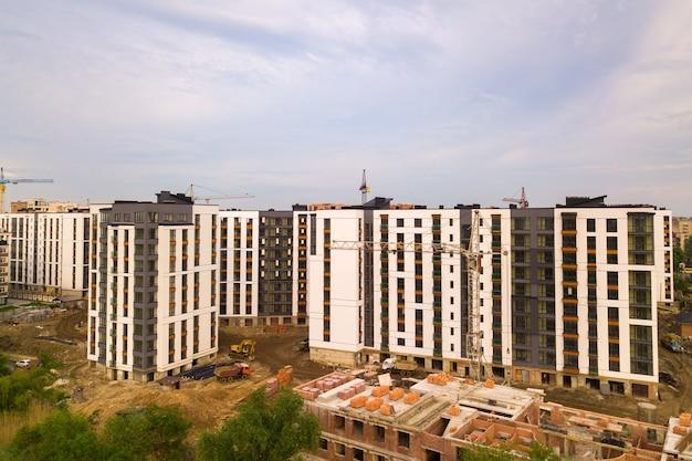 Vista aérea de la zona residencial de la ciudad con altos edificios de apartamentos en construcción.