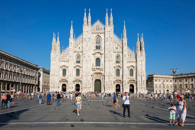 Vista al frente de la catedral de milán. milán es la segunda ciudad más poblada de italia y la capital de lombardía.