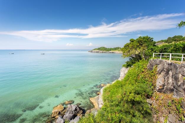 Vista al mar desde costa con agua clara y clara.