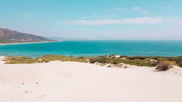 Vista al mar y playa de arena.