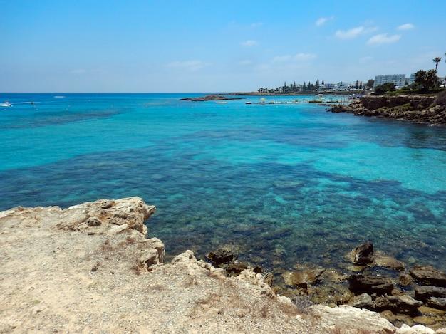 Vista al mar en la playa, día soleado en protaras, chipre