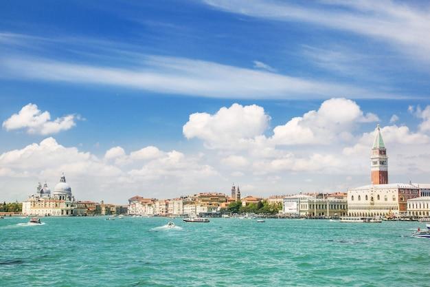 Vista al mar veneciano de verano